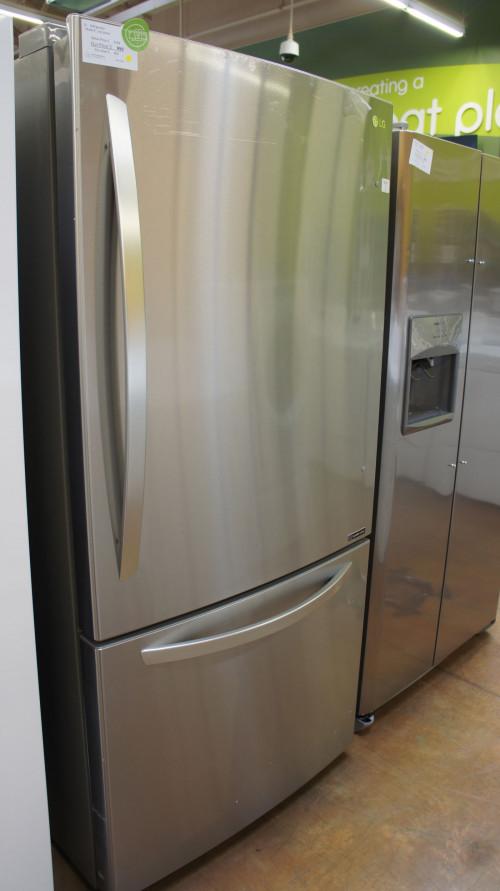 "33"" LG LRDCS2603S 25.5 cu.ft. Capacity Bottom Freezer Refrigerator WFL5142"